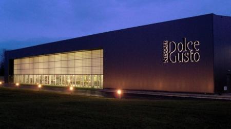 Blick auf die beleuchtete Fassade Nestlé Dolce Gusto Werk Tutbury/England