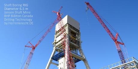 Montage Schacht Bohr Maschine Herrenknecht vor Bohrbeginn unter dem Aufbau Rig Kanada