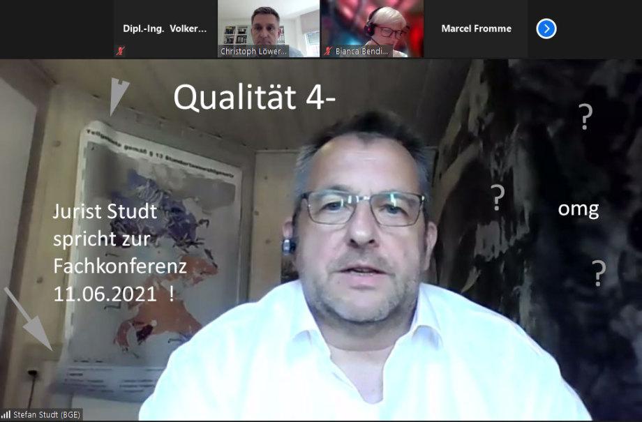 - Foto Jurist Studt (GF BGE) präsentiert sich der Fachkonferenz-Endlager aus seinem 1 Mann Partykeller