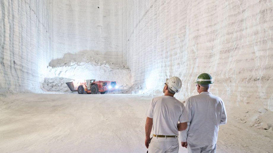 """>>> Steinsalz """"steht"""" - Die untiefen Salz-Abbau-Kavernen - dort wird auch gesprengt - weisen auch grosse Volumina auf - leider kein gas-dichter Verschluss möglich und Eiszeiten hobeln das auf. - Für viele Chemie-Reststoffe aber schon ein gutes Endlager. L"""
