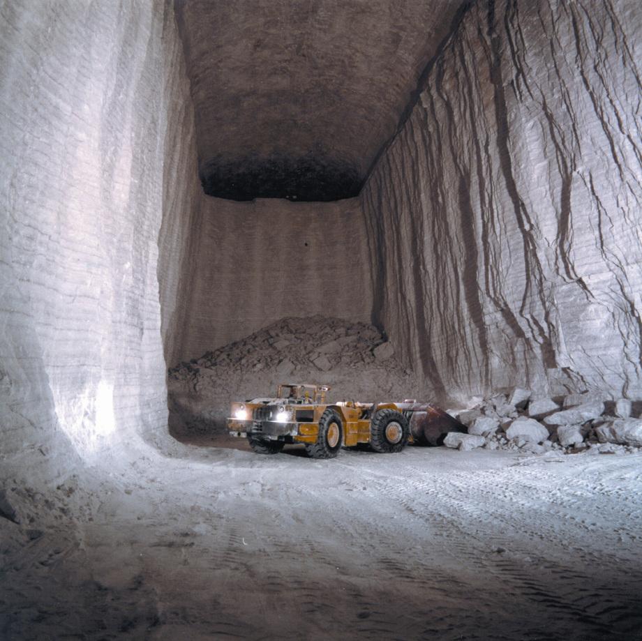 Grosse Abbaukammer im Steinsalz in einem oberflächen-nahen Bergwerk von K+S